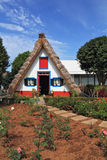 Mysig chalet med ett trekantigt thatched tak Fotografering för Bildbyråer