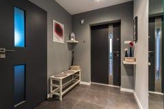 Mysig grå korridor royaltyfria foton