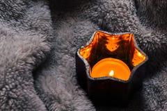 Mysig och mjuk vinterbakgrund, stearinljus på en filt Fotografering för Bildbyråer