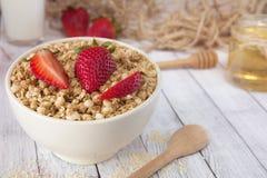Mysli med jordgubbar granola sund frukost Fotografering för Bildbyråer