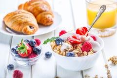 Mysli med yoghurt och bär på en trätabell Sund frukt- och sädesslagbrakfast Arkivbilder