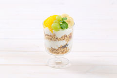 Mysli med yoghurt och ny frukt arkivfoton