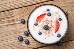 Mysli med yoghurt och nya bärblåbär Arkivfoto