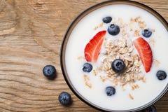 Mysli med yoghurt och nya bärblåbär Arkivfoton