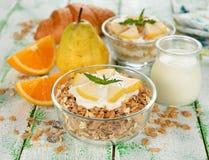 Mysli med yoghurt och päronet royaltyfri bild