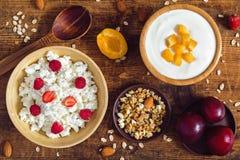 Mysli yoghurt, granola, frukter - sund uppsättning för frukosttabell royaltyfria foton