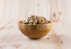 Myslit granola och mjölkar i suddig träbakgrund (Grund öppning påtänkt för den estetiska kvaliteten av suddigheten) fotografering för bildbyråer