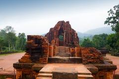 MySon tempel i molnigt väder Vietnam Arkivfoton