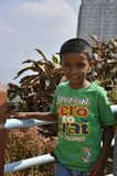 Mysore, Karnataka/Ινδία - 01/03/2012: λίγο ινδικό αγόρι σε μια πράσινη μπλούζα στο υπόβαθρο του ναού Στοκ εικόνες με δικαίωμα ελεύθερης χρήσης