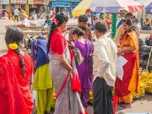 Mysore, la India - enero de 2018 Los indios venden sus mercancías en la calle fuera del mercado de Devaraja, Mysore, la India imágenes de archivo libres de regalías