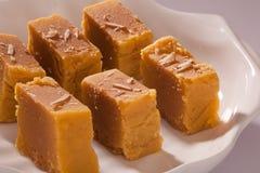 Mysore Pak è un dolce tradizionale dall'India Fotografia Stock