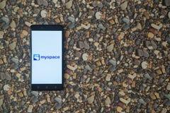 Myspace-Logo auf Smartphone auf Hintergrund von kleinen Steinen Lizenzfreie Stockfotos