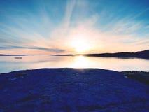 Mystères d'aube Lever de soleil de mer au-dessus de la côte, niveau d'eau silencieux Ciel bleu clair i Photo stock
