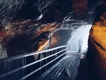 Mysteriöse dunkle Höhle Stockfotografie