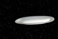 Mysteriöse fliegende Untertasse fliegt gegen einen Sternhintergrund stockfotos