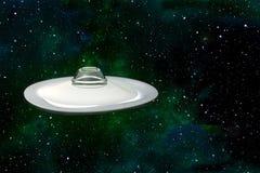 Mysteriöse fliegende Untertasse, wie UFO fliegt gegen einen Sternhintergrund lizenzfreie stockbilder