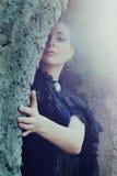 Mysteriöse Frau im dunklen Schleier, der in der Höhle sich versteckt Lizenzfreie Stockfotografie