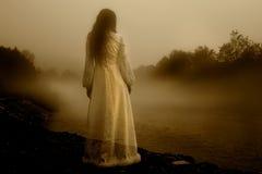 Mysteriöse Frau im Nebel lizenzfreie stockfotografie