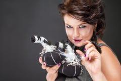 Mysteriöse Frau mit Kürbis schaut faszinierend lizenzfreie stockbilder