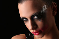 Mysteriöse Frau mit Make-up Abschluss oben Grauer Hintergrund Stockfoto