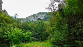 Mysteriöse Höhle auf die Oberseite des Hügels stockfotos