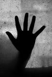Mysteriöse Hand auf einem Fenster Stockbilder