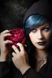 Mysteriöse junge Frau mit Rotrose Blaues Haar Stockfoto