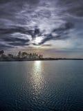 Mysteriöse Landschaft des Seeufers und des fabelhaften Himmels stockfotos