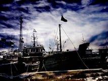 Mysteriöse Landschaft von aufgegebenen Schiffen lizenzfreie stockfotografie