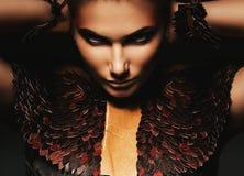 Mysteriöse Frau im Leder Stockfoto