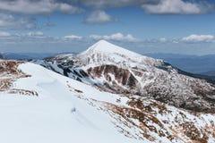 Mysteriöse Winterlandschaftsmajestätische Berge im Winter Winterstraße in den Bergen In Erwartung des Feiertags lizenzfreie stockfotografie