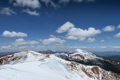 Mysteriöse Winterlandschaftsmajestätische Berge im Winter Winterstraße in den Bergen In Erwartung des Feiertags Lizenzfreies Stockbild