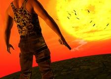 Mysteriöser Mann, der rauchenden Pistolen-Gewehr-Sonnenuntergang hält Lizenzfreie Stockfotos