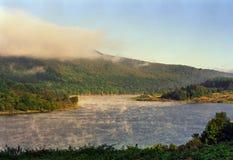 Mysteriöser Nebel auf Fluss und Hügel in Pennsylvania Stockfoto