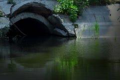 Mysteriöser Tunnel, der den Fluss übersieht stockbilder