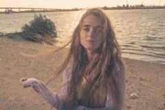Mysteriöses blondes behaartes Mädchen Lizenzfreies Stockfoto