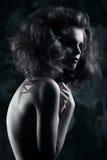 Mysteriöses dunkles Modeporträt des Mädchens in der Dunkelheit Stockfotos