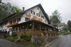Mysteriöses Haus in den Bergen nahe Alpes lizenzfreie stockfotografie
