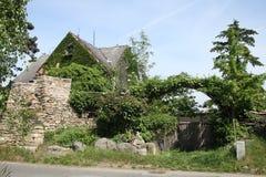 Mysteriöses Haus mit dem Tor hergestellt von den Bäumen stockbild