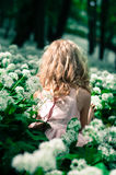 Mysteriöses Kind im Holz Lizenzfreie Stockfotografie