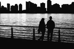 Mysteriöses Paar steht im Licht der untergehenden Sonne Stockfotografie
