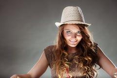 Mysteriöses rätselhaftes faszinierendes Frauenmädchen im Hut Stockfotos