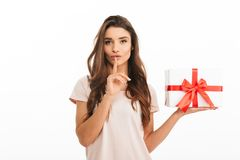 Free Mystery Brunette Woman In T-shirt Holding Gift Box Royalty Free Stock Photos - 110673038