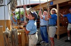 Mysticus, CT: Bemanning die Kabel op Walvisvangstschip trekken stock afbeelding