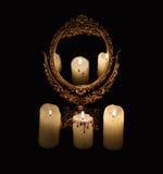 Mysticusstilleven met mirrow en drie brandende kaarsen Royalty-vrije Stock Foto's