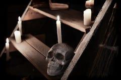 Mysticusstilleven met schedel en kaarsen op houten staircase_1 royalty-vrije stock afbeeldingen