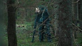Mystiek monster met schedel die van dier zich in dicht bos bevinden stock footage