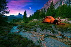 Mystiek nachtlandschap, in de voorgrondstijging, het kampvuur en de tent Stock Afbeeldingen