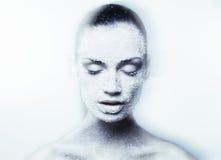 Mystieke jonge vrouw met creatieve blauwe make-up Stock Afbeeldingen