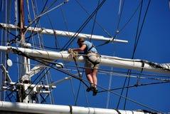 Mystiker, CT: Mannschafts-Unfurling Segel auf Walfang-Schiff lizenzfreies stockfoto
